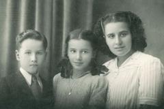 Leonel Oliveira com as irmãs [Irene e Maria Ângela], no princípio da década de 40.